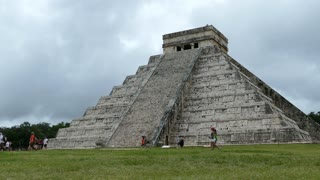 Tourists walking around the Chich_n Itz� Mayan ruin in Yucat�n Mexico
