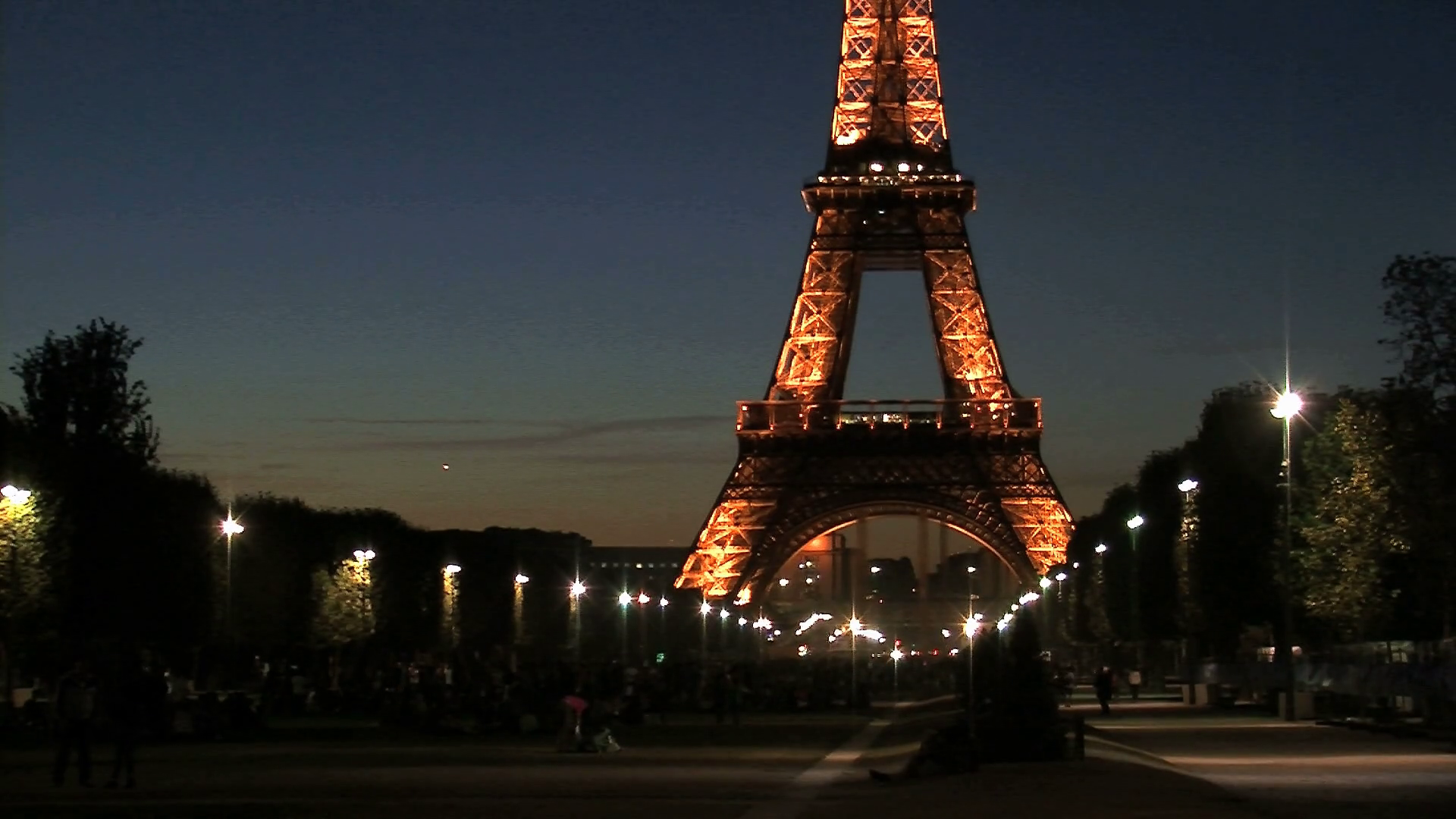 Zoom out from the eiffel tower at night Stock Video
