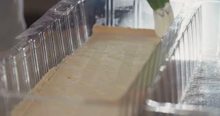 Baker filling cheese cake