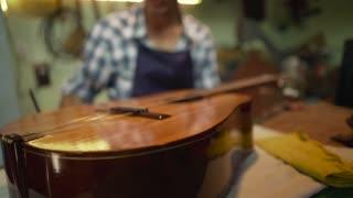 4-Man Lute Maker Artisan Tuning Guitar With A Diapason