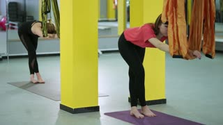 Wrong performance of the asana, the girl who crossed her legs does not keep her back straight, and also does not pull the shoulder blades down. This asana will not allow to relax the back right