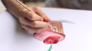 girl draws a capkake in the album