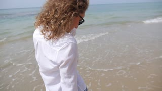 Happy Lifestyle Girl on Sunny Beach on Holidays