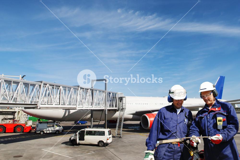 airplane mechanic and jet engine